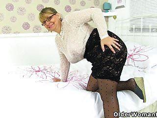 englische milf alexa sieht lecker aus in ihrem durchscheinenden outfit