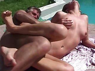 Freundin saugt zwei Schwänze