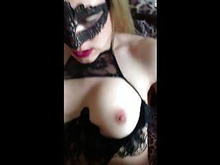 Frau wird in Maske gefickt