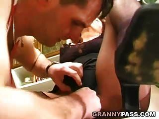 Oma bekommt ihre behaarte Muschi in der Küche gestopft