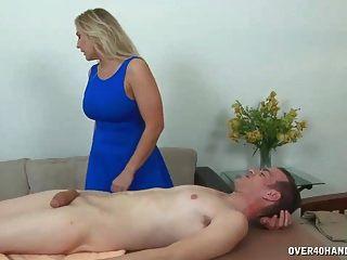 blonde milf mit großen titten streichelt einen großen schwanz