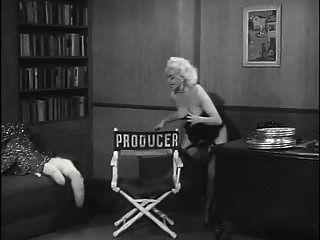 ein schöner romantischer Vintage-Blondinen-Striptease