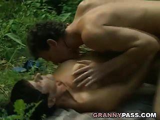 Oma bietet ihre Muschi im Wald an