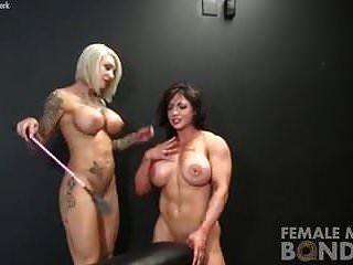 nackte Bodybuilderinnen spielen Bondage