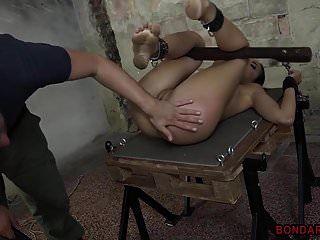 Brünette Babe gefesselt und Maschine gefickt