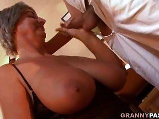 vollbusige oma verführt jungen mann mit ihren großen titten