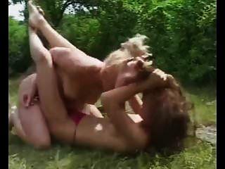 topless im Freien Catfight