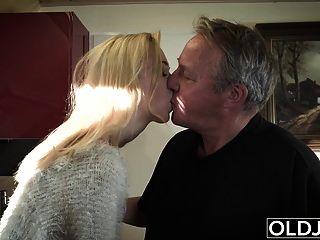 Der junge alte Porno Martha gibt Opa einen schlampigen Blowjob