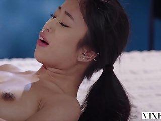 vixen junge asiatische Studentin hat leidenschaftlichen Sex mit Nachbarn
