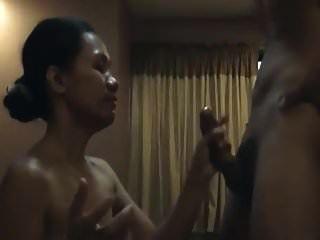 Asian Sub Frau mit dem Mund gefickt und schluckt