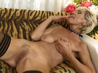 Reife Mutter Irenka mit schlaffen Titten und behaarte Fotze