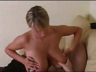 blonde mit großen titten gibt einen handjob und fickt