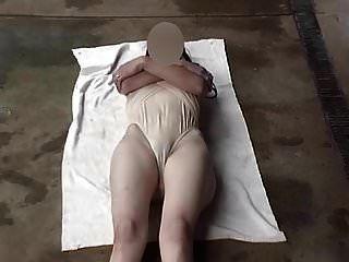 Transparente Badeanzugbeine weit offen