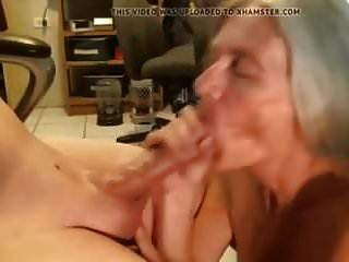 Oma saugt Jungschwanz