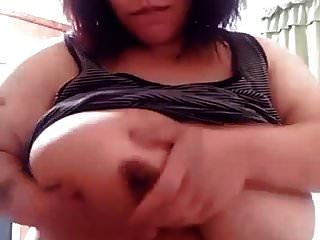 großes Mädchen Nippel spielen