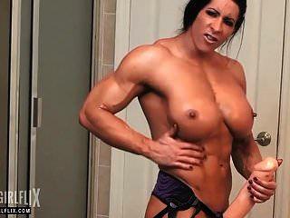 riesigen weiblichen Bodybuilder massiven Schwanz