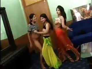 3 sexy indische Mädchen tanzen nackt