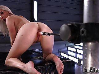 vollbusige blonde muschi von dildo maschine gespielt