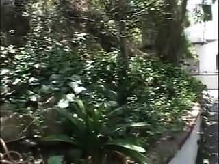 Ehemalige Lehrerin wird im Garten gefickt