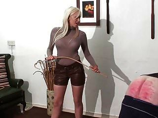 Prügelstrafe durch heiße junge blonde Herrin in Leder