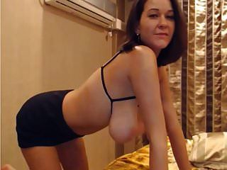 schlankes gestapeltes Mädchen spielt mit Titten