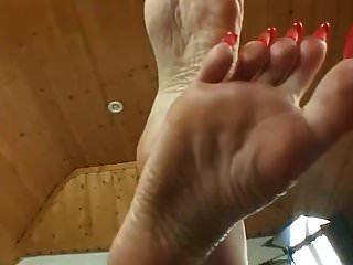 riesige gefälschte Titten und Füße