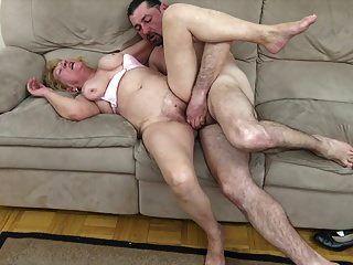 60+ Oma fickt mit einem jüngeren Loverboy