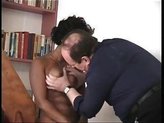 Maja Rhani saugt winzigen Schwanz