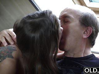 Opa erwischt beim Masturbieren von meiner Stieftochter und fickt ihn