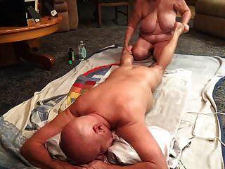 Frau, die eine großartige Massage gibt