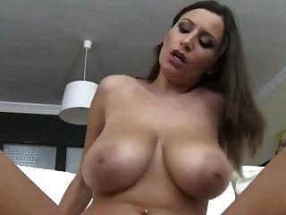 Riesige massive natürliche springende Brüste, die Titten reiten