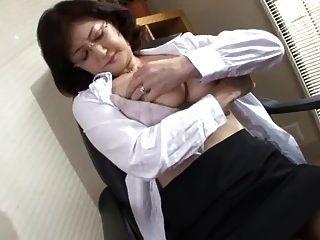 der japanische schulleiter masturbiert im büro