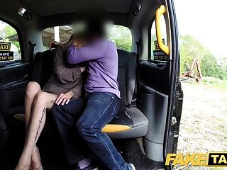 gefälschte Taxi neuer Fahrer fickt heiße blonde Passagiere nasse Muschi