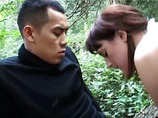 Amateur mollig nimmt asiatischen Kerl in den Wald
