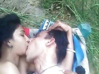 süßes Mädchen Sex im Freien