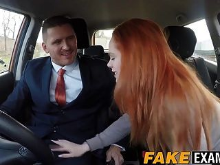 Rotschopf Hottie Ela Hughes bekommt Doggy im Auto gestylt