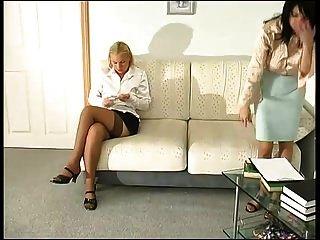 dessous lesben gertie und ira auf der couch