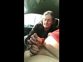 Oma saugt das Auto