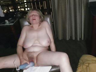 reife Masturbation vor offenem Hotelfenster