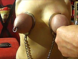 Schlage ihre Titten in Handschellen gefesselt