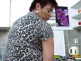 Oldnanny heiße reife Dame solo in der Küche