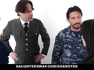 Töchter tauschen Militärväter und ficken Töchter