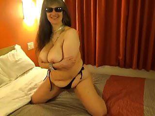 Tinja lässt ein schwarzes Bikinioberteil fallen, um perfekte Brüste zu zeigen