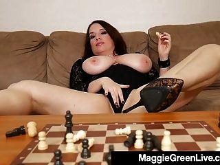 hot nympho maggie green knallt schachfiguren, weil sie verliert