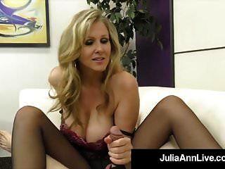 atemberaubende blonde milf julia ann streichelt sklavenschwanz mit füßen!