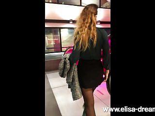 Schwarzes Mädchen blinkt öffentlich