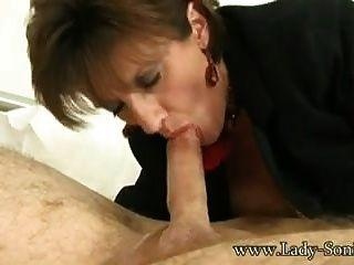 Lady Sonia saugt Kerl im Hotel bis Sperma explodieren