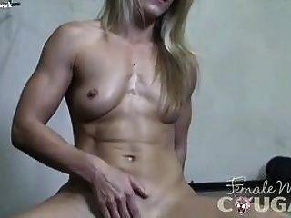 nackte weibliche Bodybuilderin Puma Claire im Schulhöschen