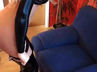 süße Schlampe in schwarzem Latex Top und Oberschenkel Stiefel gefickt und Titten