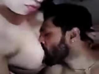 Betrügende arabische Frau hat ihre Brüste gegessen